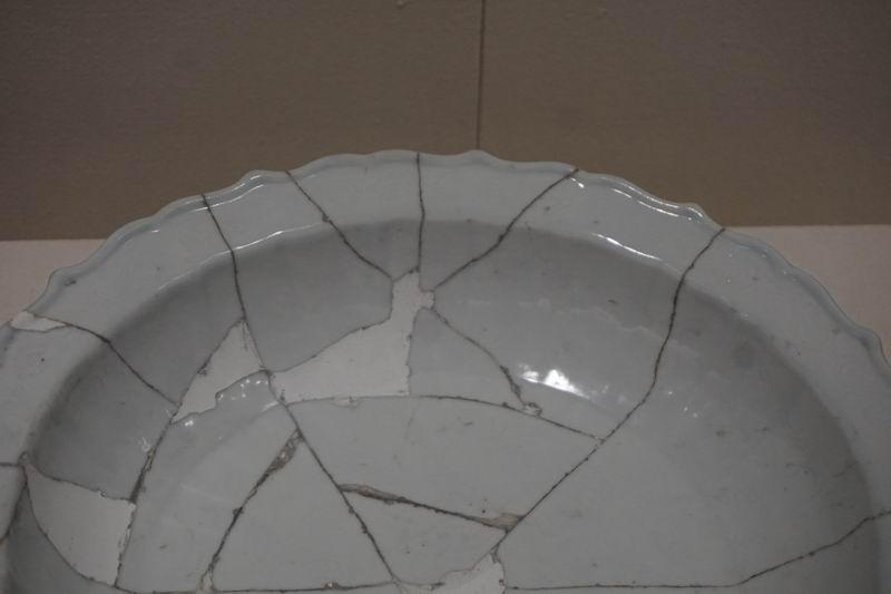 甜白釉锥拱石榴树图菱花口折沿盘(局部)