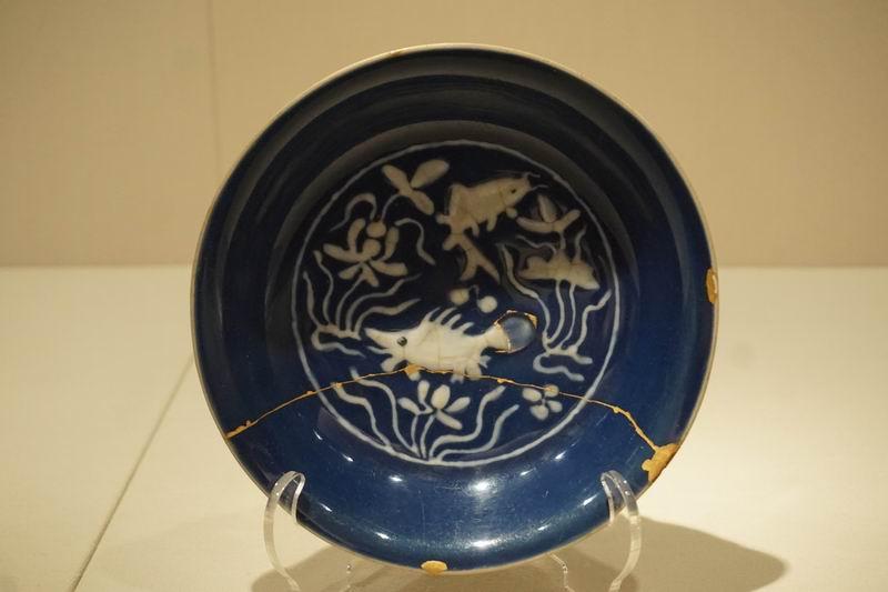 祭蓝地白花鱼藻图盘