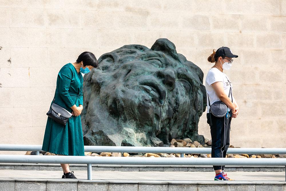 """9月18日,在侵华日军南京大屠杀遇难同胞纪念馆,参观者在防空警报声中肃立默哀。当日是""""九一八""""事变爆发89周年纪念日。南京市民和各地群众纷纷来到侵华日军南京大屠杀遇难同胞纪念馆,缅怀遇难同胞,以此铭记历史。新华社 图"""