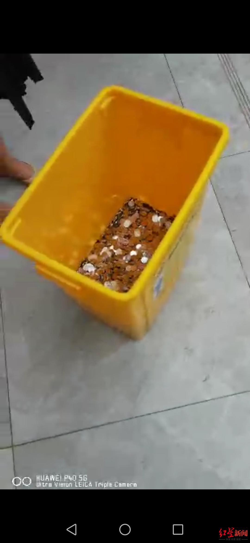 张某在领取补偿金时,公司拖来的硬币。