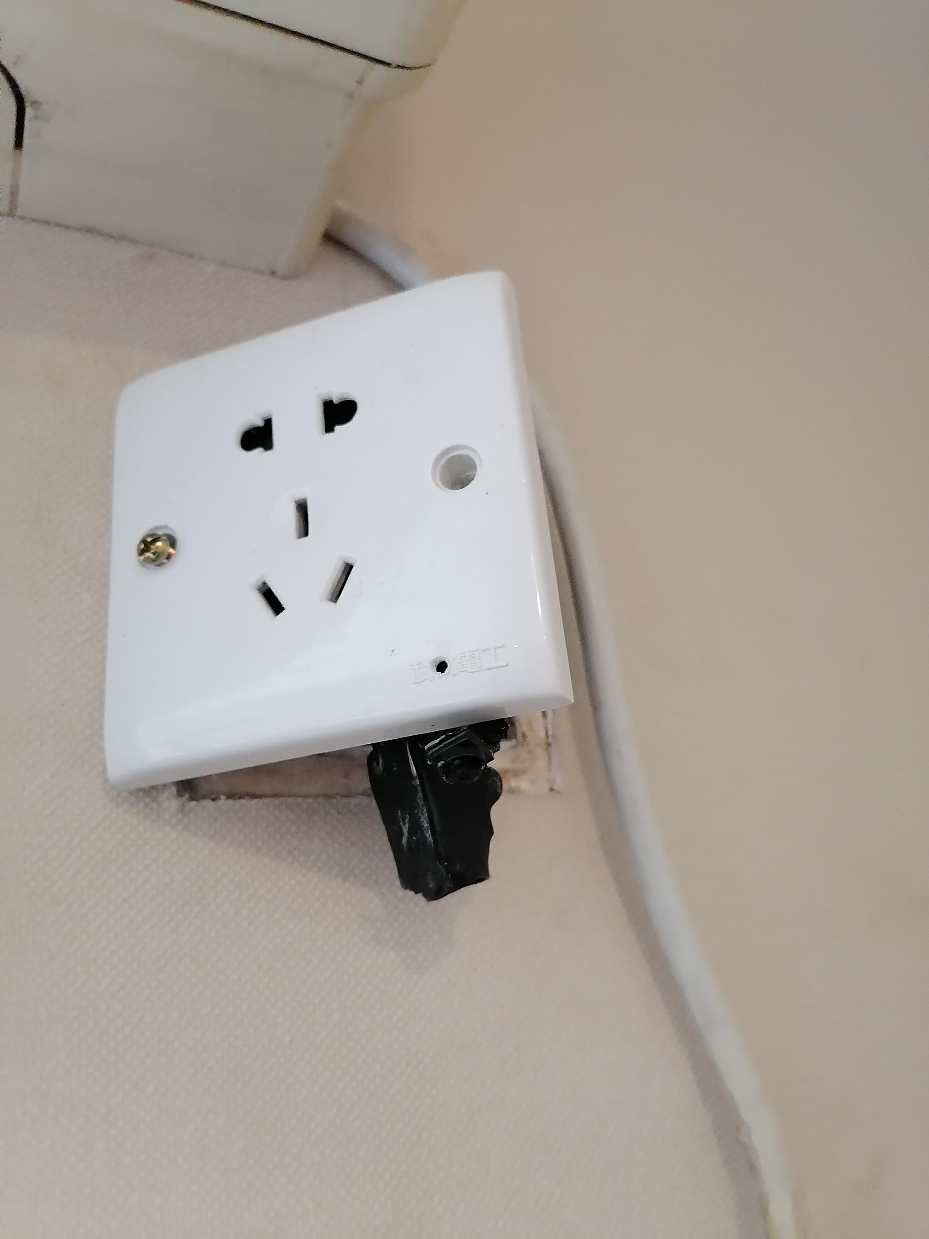 今年5月,小刘及其朋友关空调时,发现插座后有摄像头。本文图片均为受访者供图