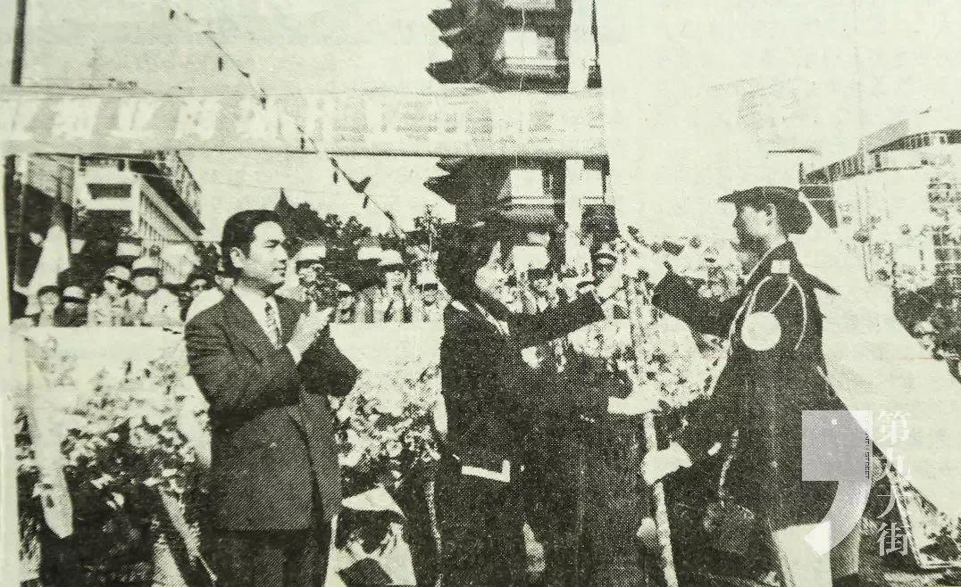 时任亚细亚集团公司总经理王遂舟(左一)向亚细亚商场总经理韩梅(中)交授亚细亚商场场旗
