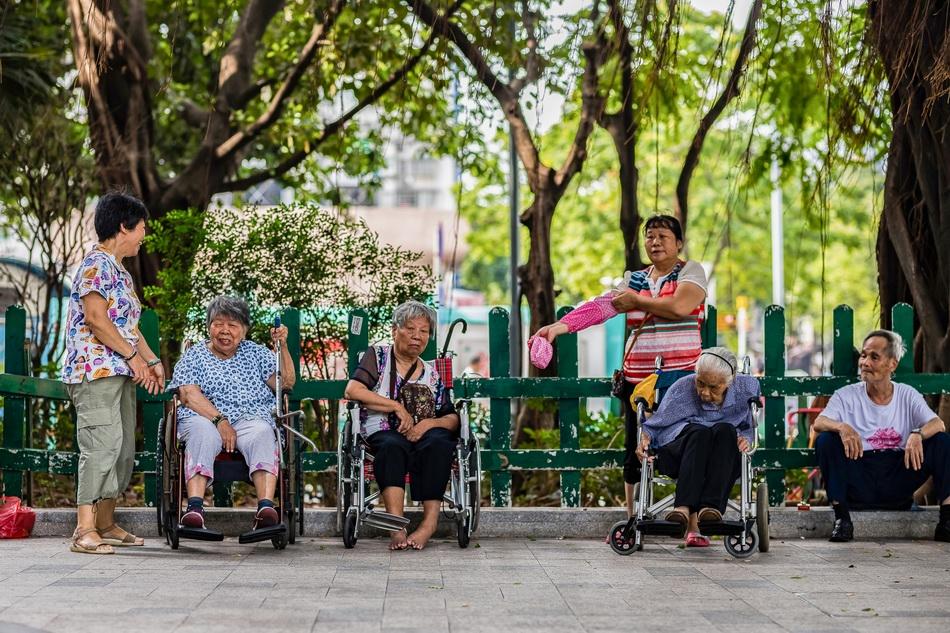 2018年6月30日,广州,几个老人在树荫下休闲。随着老龄化社会的一步步推进,雇佣的保姆和家庭护理越来越多地取代了子女的照顾和陪伴。 视觉中国 资料图