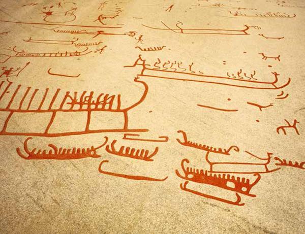 塔努姆的船<BR/>在瑞典西南部海岸的塔努姆,发现了多处上古遗迹,这里共有约二百幅岩雕画,由上古人类在岩石上雕刻或锻打出来,然后再涂上红色。我们可以在这些画里看到大量船只,其中有些船上还能清晰地辨认出桨手划船的动作。这些船驶向何方?它们正在前往冥府吗?<BR/>约公元前800—前750 年,塔努姆斯海德(瑞典),维特里克岩雕博物馆