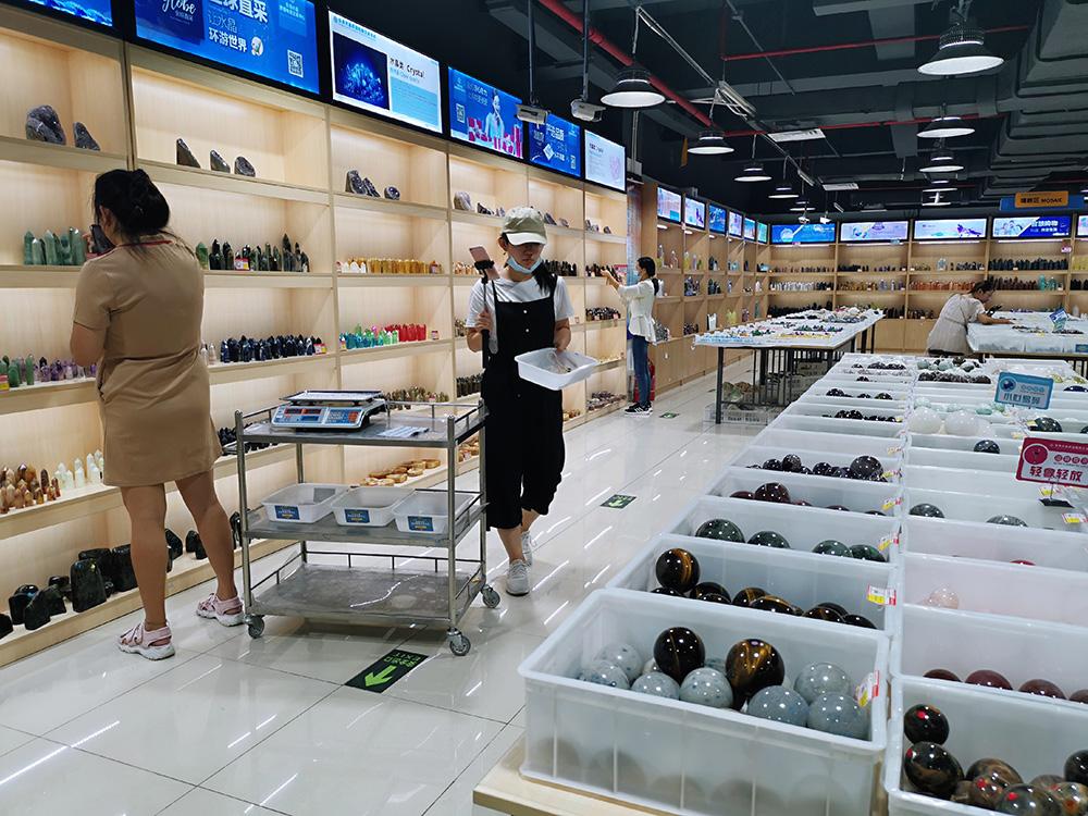 主播正在东海水晶跨境电商营业中心直播 澎湃讯休记者 吴雨欣 图