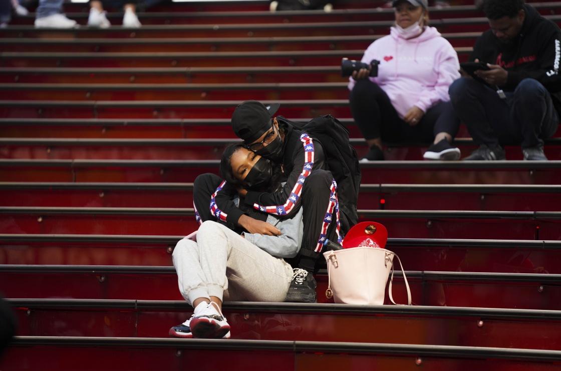 9月20日,人们在美国纽约时报广场休息。新华社 图