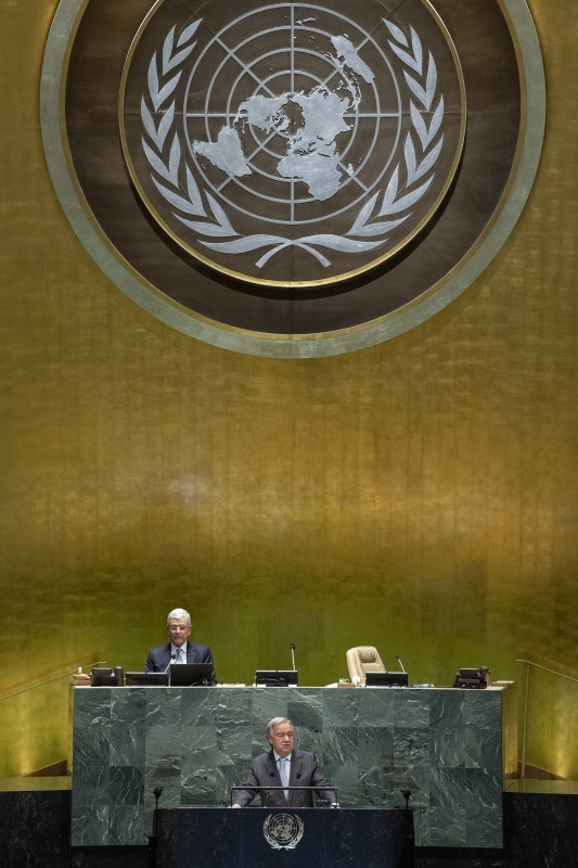 9月22日,在位于纽约的联合国总部,联合国秘书长古特雷斯(前)发表讲话。 新华社 图