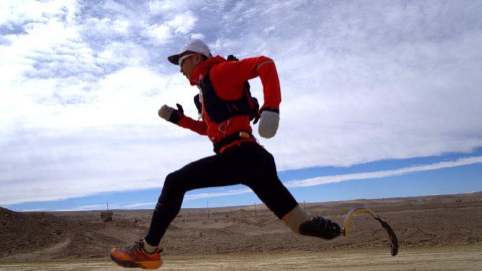 一个人,一条腿,他用十天穿越534公里戈壁荒漠