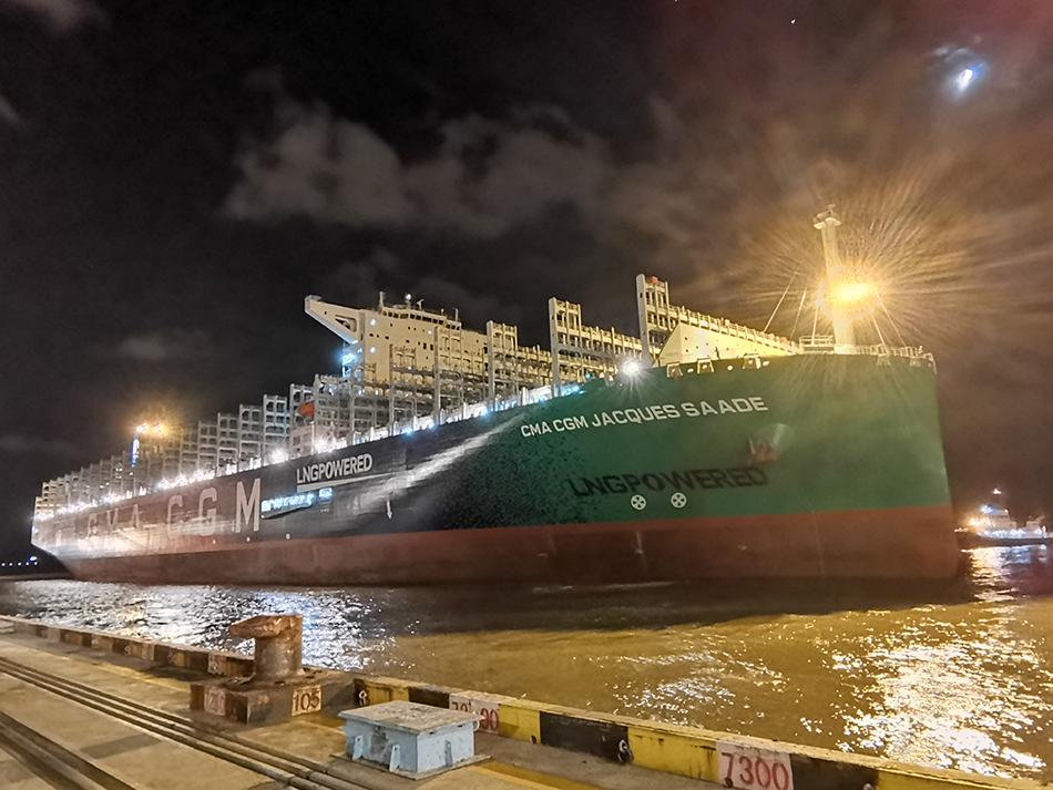 """9月24日20时20分,近400米长的全球最大LNG动力集装箱船""""达飞雅克·萨德""""轮坦然靠泊洋山港盛东码头"""