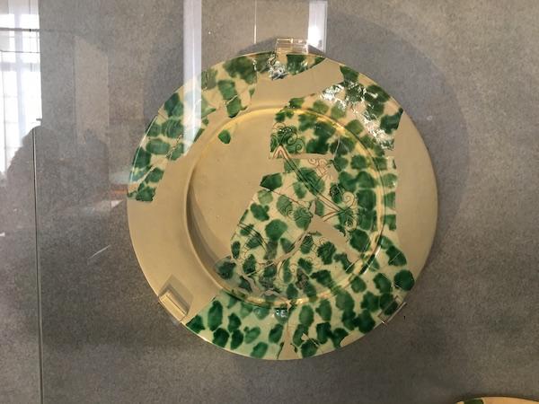 白地绿彩刻花盘  伊拉克萨马拉遗址出土 柏林佩加蒙博物馆藏