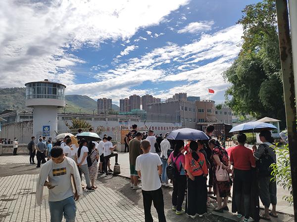 8月25日,家属们在未管所门口等陈泗翰出来。