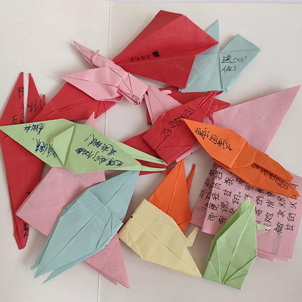 看守所时期,同学们给陈泗翰写的信。