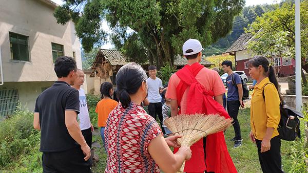 8月25日,陈泗翰出狱后,亲属们在瓮安老家为他接风洗尘。