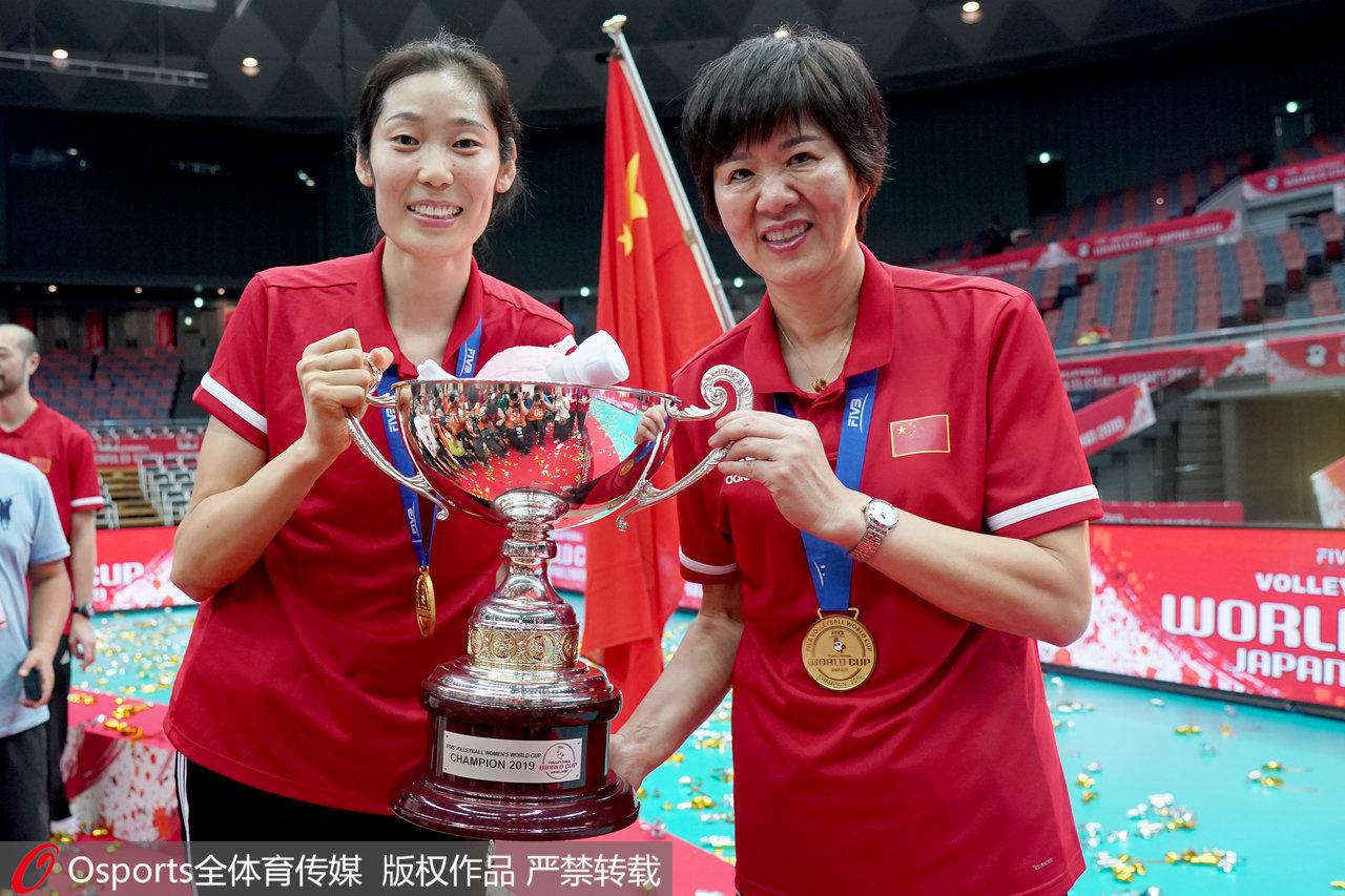 朱婷和郎平举起世界杯冠军奖杯。