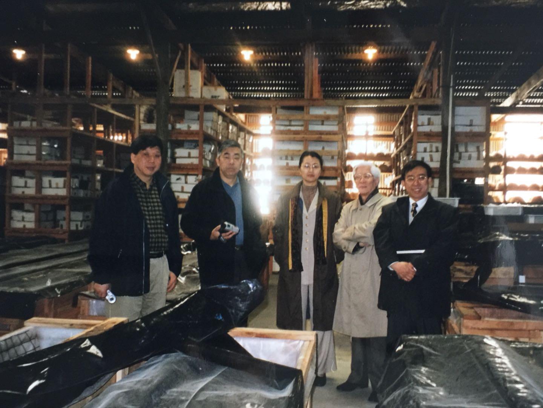 """上海博物馆代表团一行5人在新西兰""""黑石号""""文物仓库(从左至右分别为:陈克伦、许勇翔、周燕群、汪庆正、陈燮君)"""