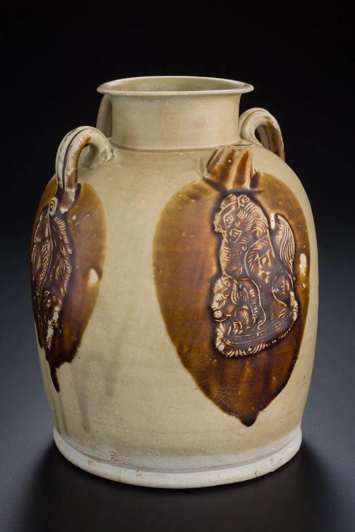 唐·长沙窑青釉褐斑模印贴花狮纹双系壶 新加坡亚洲文明博物馆藏