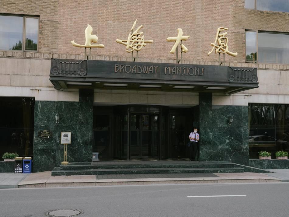 2020年6月6日,上海大厦正门,门前的机动车道将在9月改为步道。澎湃新闻记者 周平浪 图