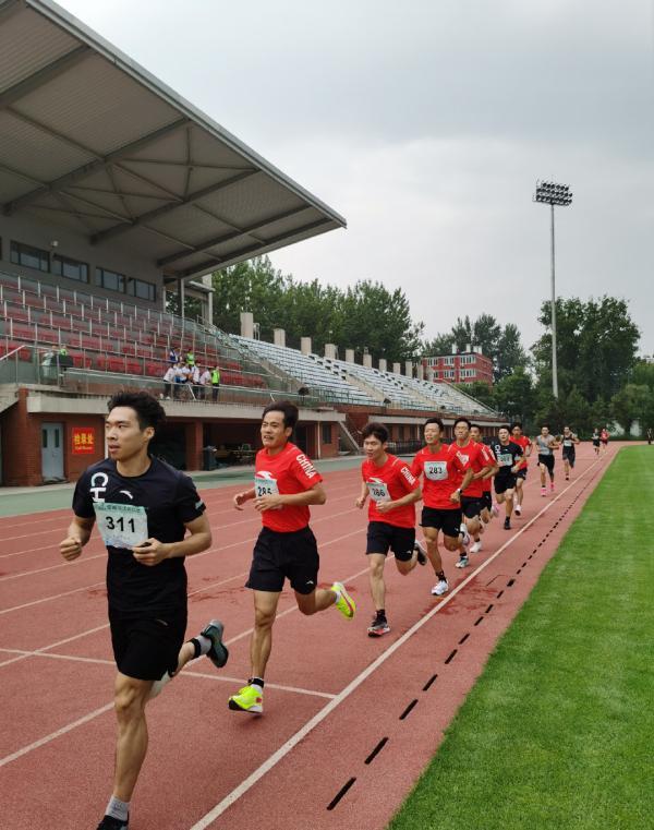 中国各个项目运动队都在体能测试。