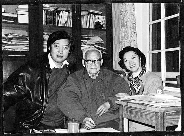 冯骥才夫妇和巴金。图片来源:巴金故居