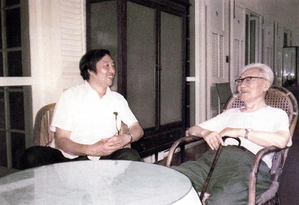 冯骥才和巴金,1980年代摄于巴金寓所。图片来源:巴金故居