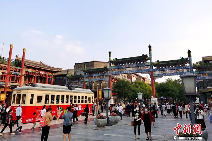 2020年9月26日,北京前门大街游客众多。中新网记者 李金磊 摄