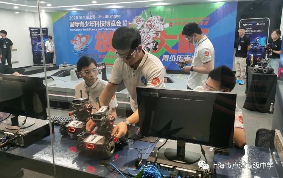 智能机器人比赛中的卢高学子合作默契