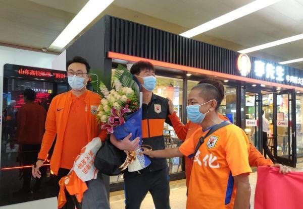 球迷在高铁站迎接山东鲁能队。