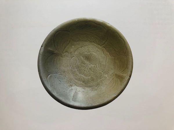 唐代 越窑青釉刻划花卉纹盘 扬州博物馆藏