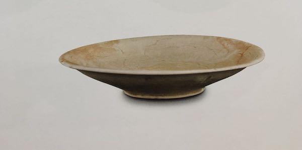 唐代 越窑青釉刻划荷叶纹盘 新加坡亚洲文明博物馆藏