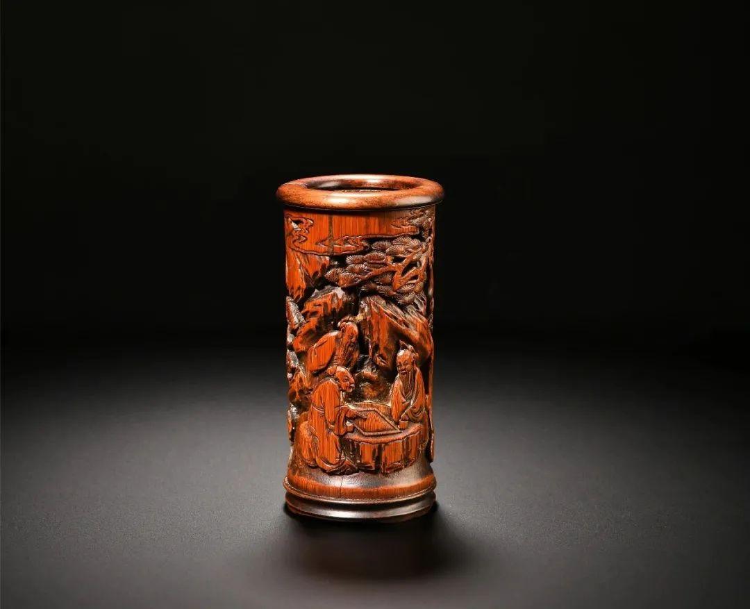 清 潘唏曾竹雕松下对弈图笔筒嘉定博物馆藏