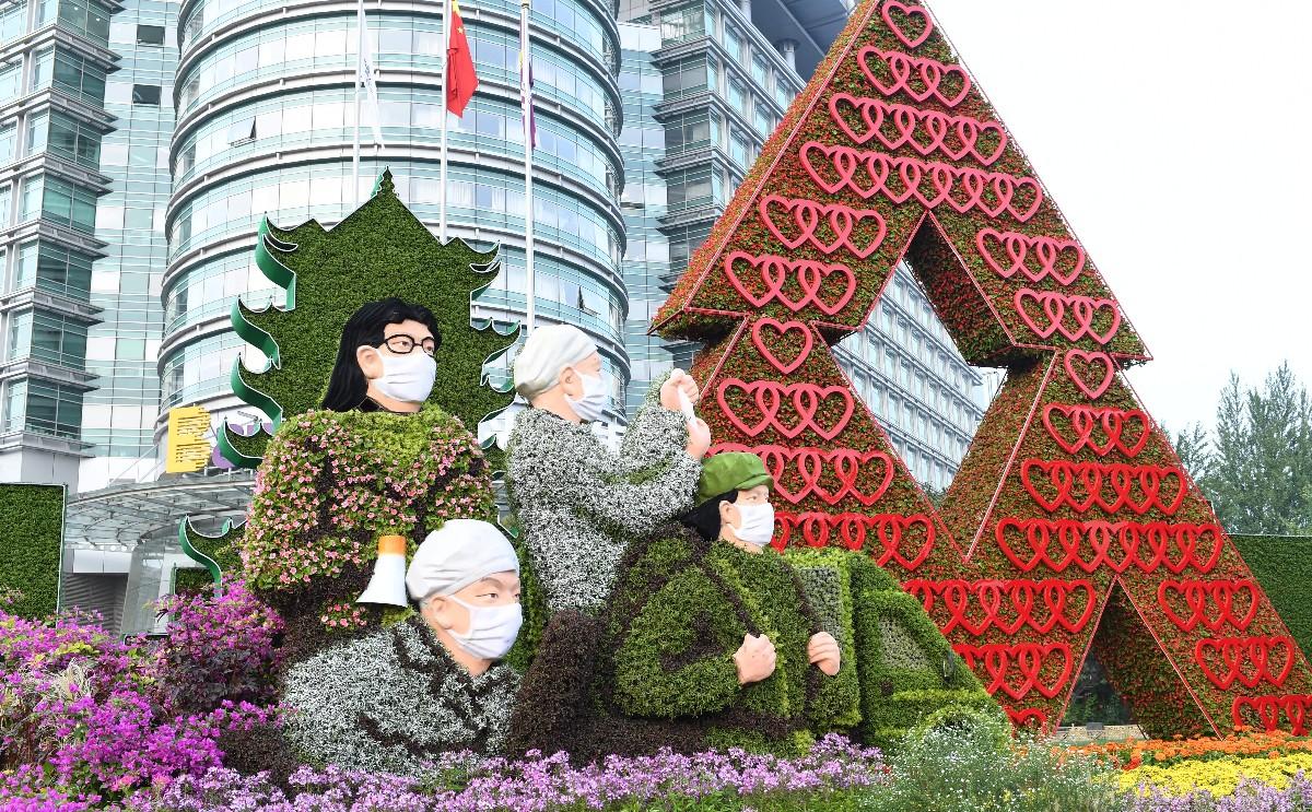 长安街沿线国庆主题花坛——位于西单路口西南角的《众志成城》花坛。