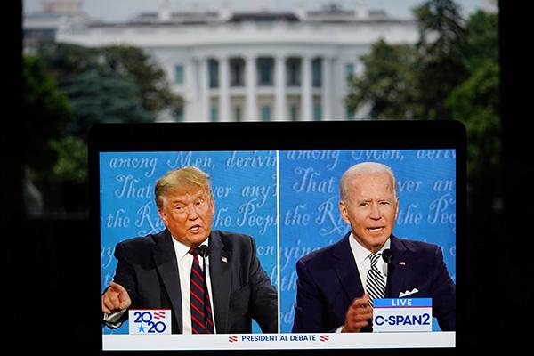 这张9月29日在美国弗吉尼亚州阿灵顿拍摄的视频画面显示,美国总统特朗普(左)与美国民主党总统候选人拜登在俄亥俄州克利夫兰市参加2020年美国总统候选人首场电视辩论。新华社 图