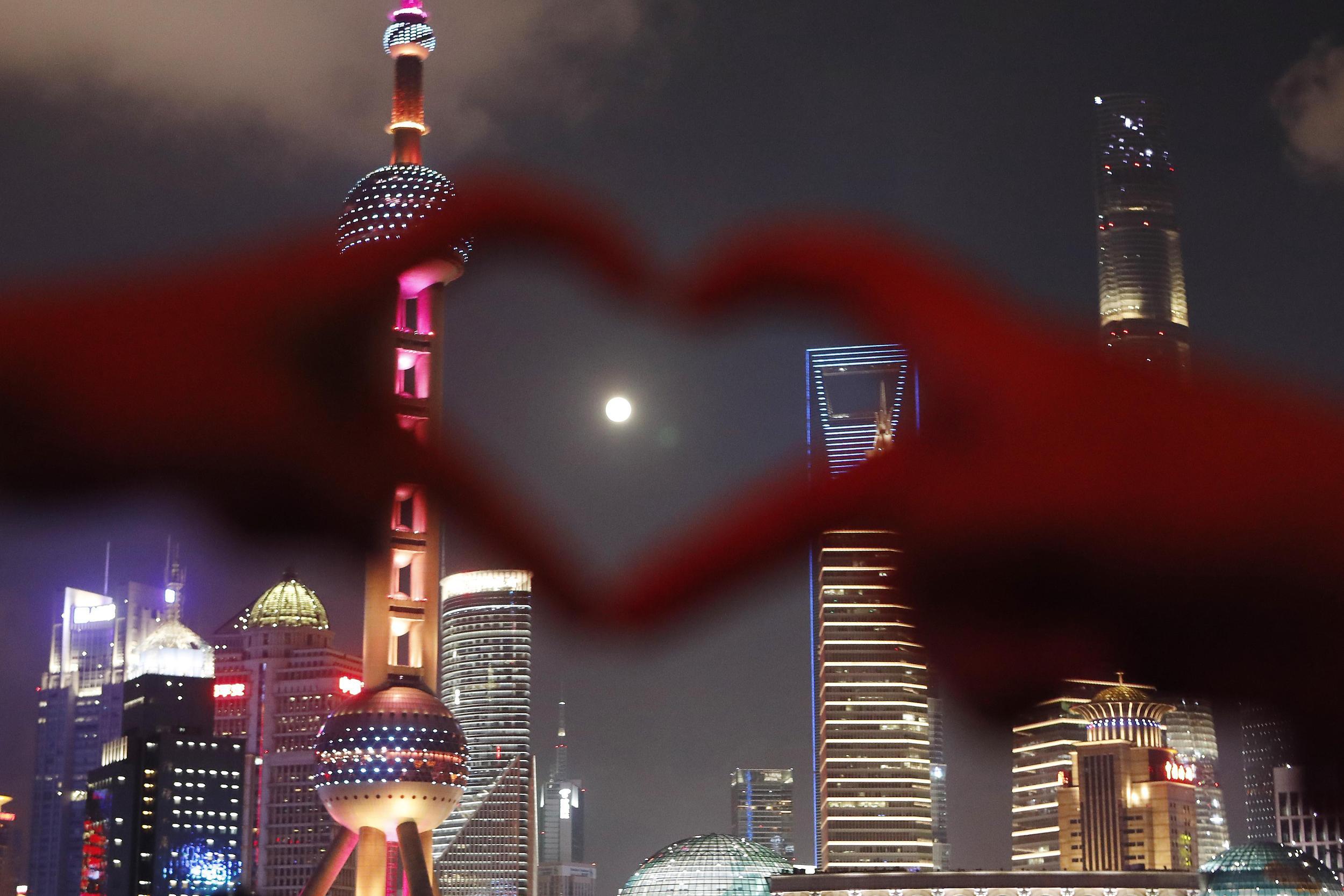 市民和游客在上海外滩滨江步道上拍照、赏月。 视觉中国 图