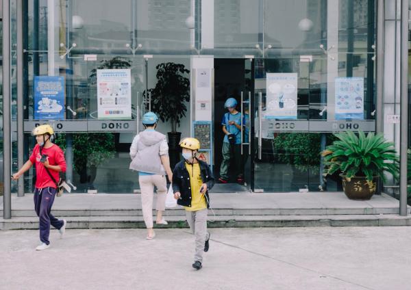 2020年初秋的上海,在写字楼和食肆之间穿行的骑手们。澎湃新闻记者 周平浪 图