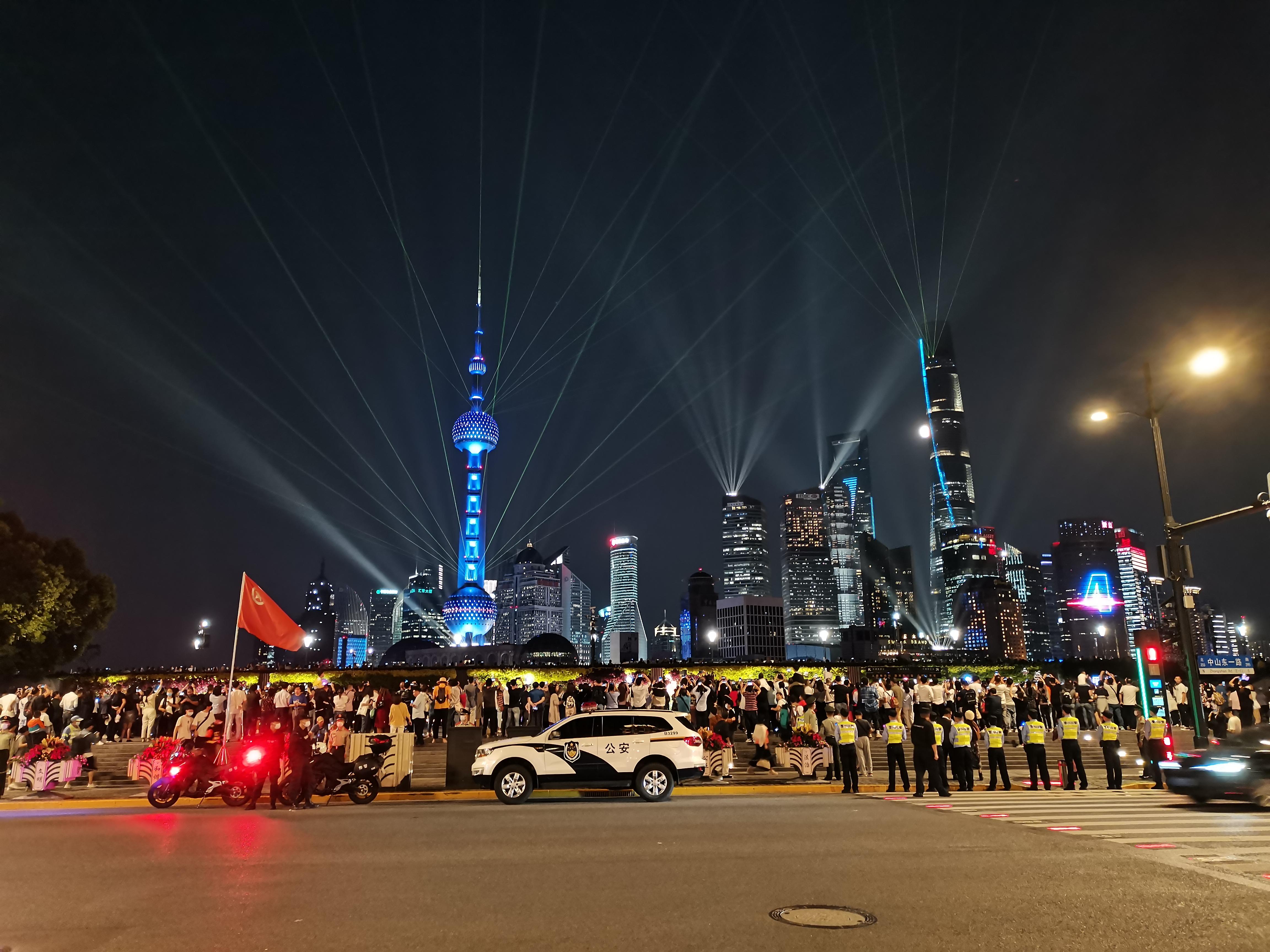 9月30日晚,上海外滩再现超大客流,黄浦警方组成拉链式人墙维护秩序。