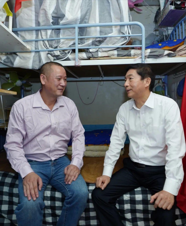 骆惠宁与住在九龙深水埗㓥房的徐天民亲切交谈。中央政府驻港联络办 图