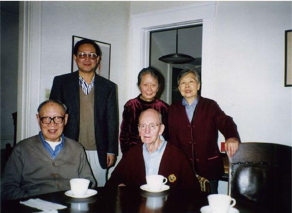 1999年秋在张充和家中 前排:汪世清、傅汉思 后排:白谦慎、张充和、沈家英
