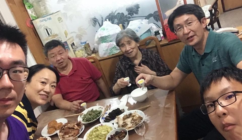 10月1日,留學生李天力(左一)在老家淄博的親戚家中與親人一起吃晚飯,共度中秋