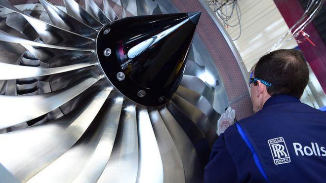 一名英国航空发动机公司罗尔斯·罗伊斯员工在检查飞机引擎 央视新闻 图