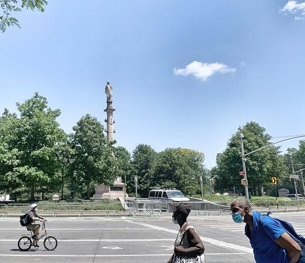 2020年7月23日,纽约曼哈顿哥伦布环岛被路障隔离,哥伦布塑像旁停放着警察局的指挥车。由于靠近中央公园和商务区,哥伦布环岛小广场原本一直是游客和市民休闲约会的热门地标。