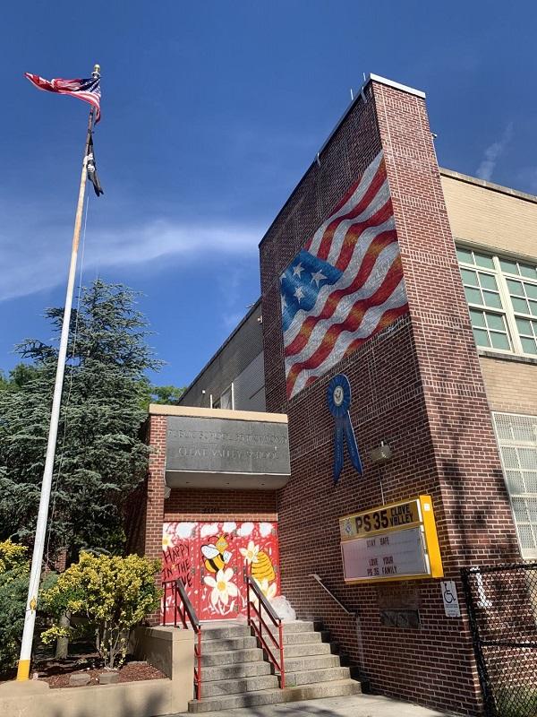 2020年8月28日,纽约公立35小学空落的大门前。直至八月,纽约市教育局下属公立中小学仍未公布秋季学期明确的复学安排。这些学校都是从三月中旬开始停课的。