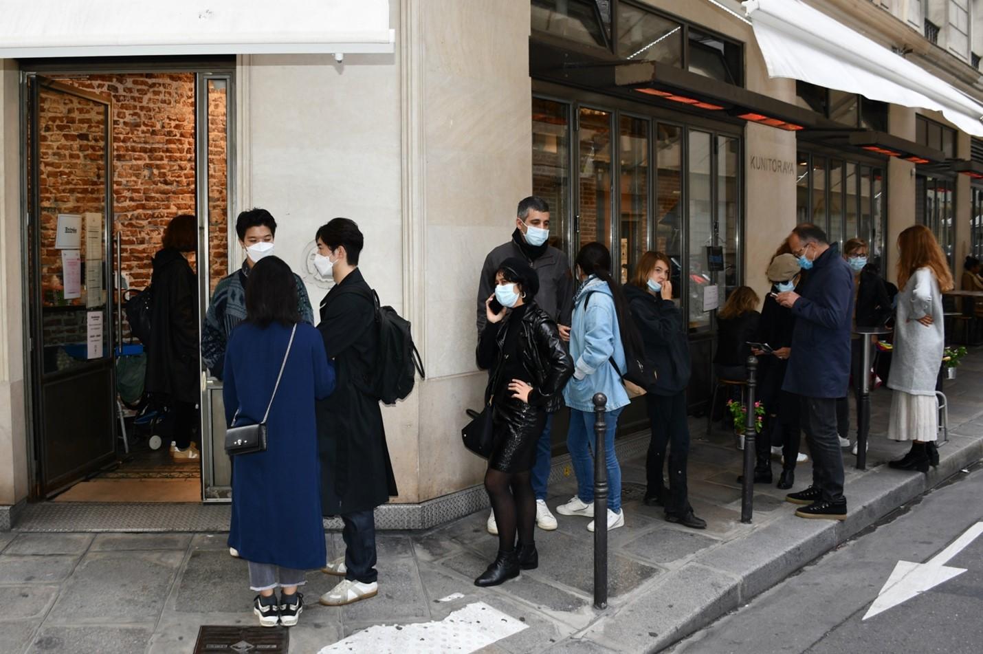 周末下午,巴黎一家老字號日本料理店外食客們排起長龍,餐廳內部更是人滿為患。 本圖片均為作者供圖