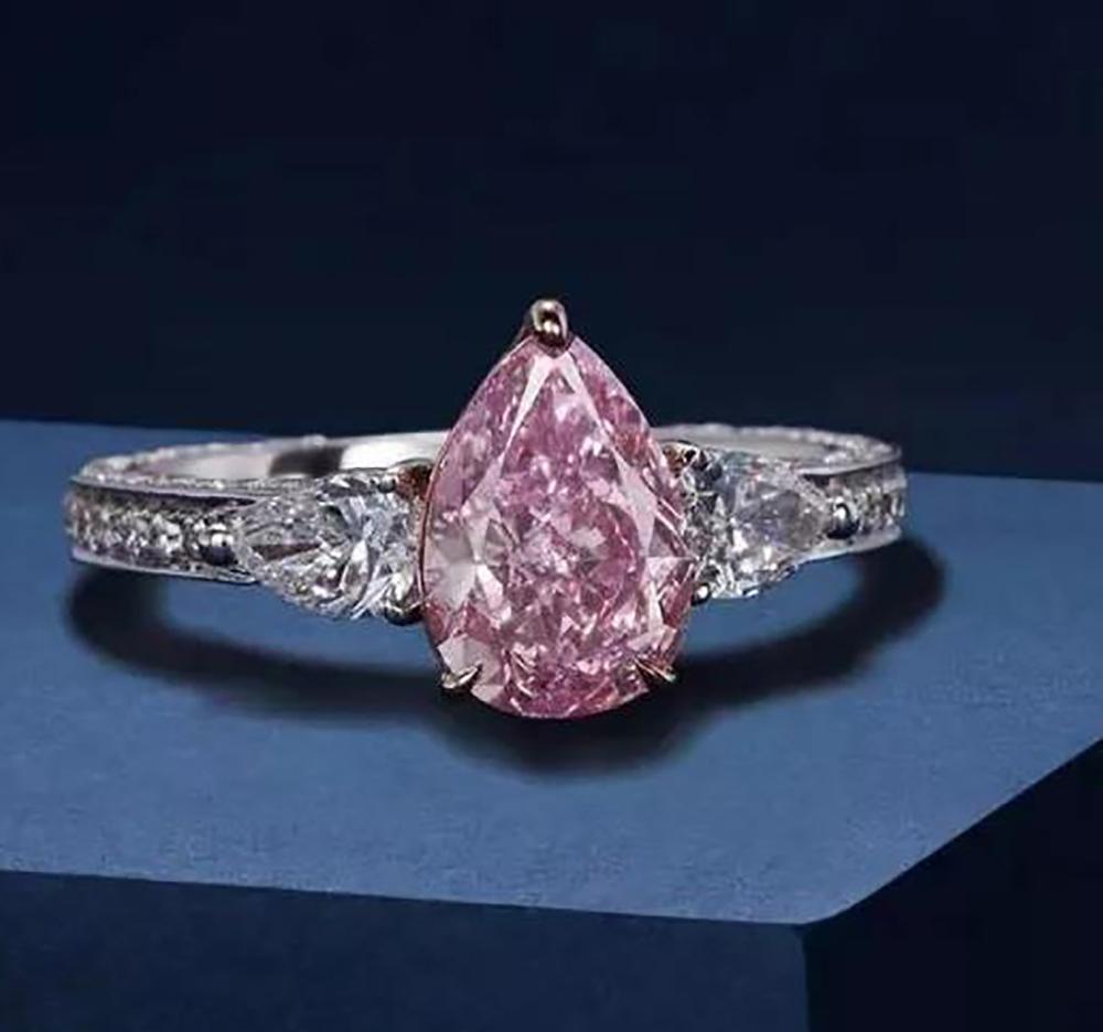 第三届进博会,2.02克拉艳彩紫粉色钻石配钻石戒指,将始次亮相塔斯钻石公司展台。