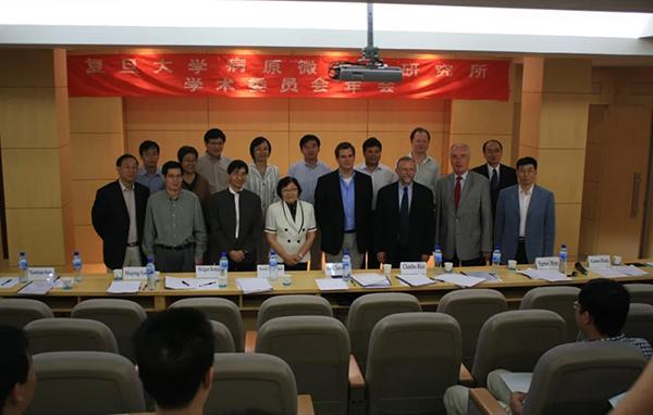 查爾斯·賴斯(前排右三)參加醫學分子病毒學重點實驗室學術委員會會議