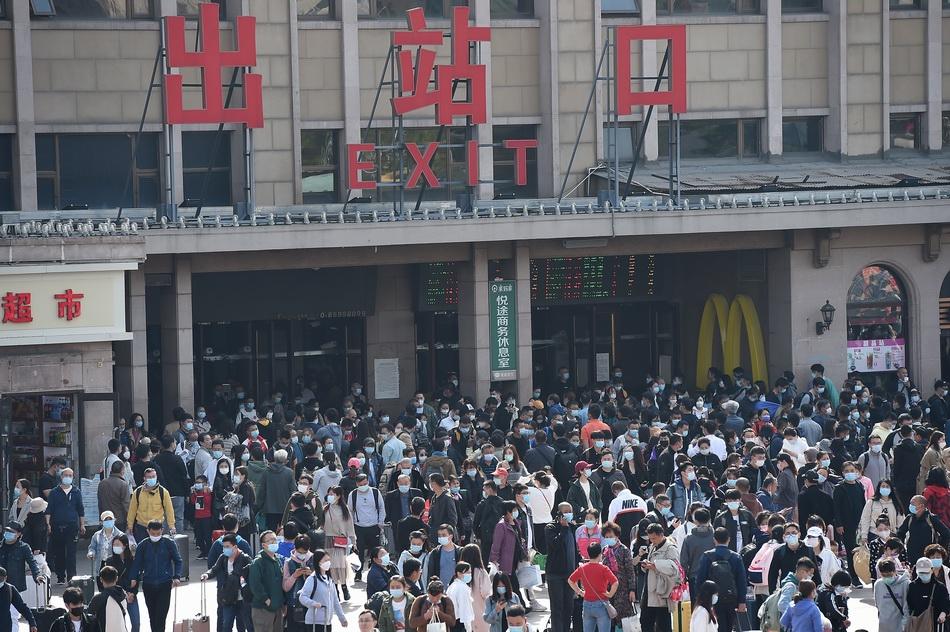 2020年10月6日,北京迎来国庆中秋伪期返程高峰,各大火车站不息展现显明的返京客流。北京火车站,抵京旅客有序出站。 视觉中国 图