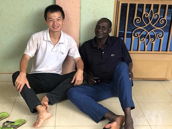 鲁佳斌在布基纳法索和非洲友人的合影 受访者供图