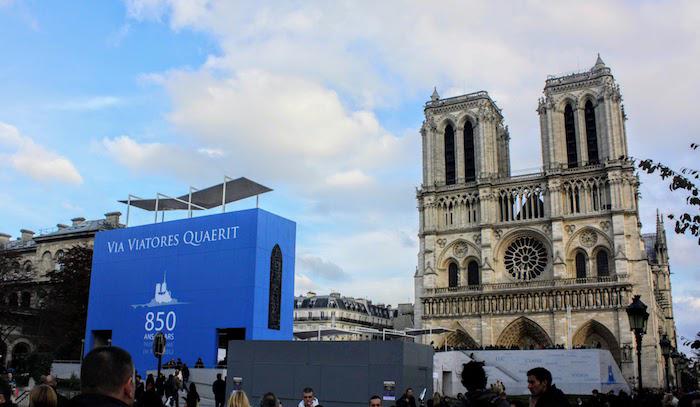 2013年巴黎圣母院建造(奠基)八百五十周年;去年巴黎圣母院在大火中严重受损(造成图片均
