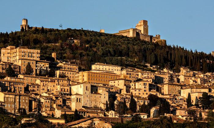 """意大利名城阿西西(Assisi)的城堡""""大岩石""""(Rocca Maggiore,试比较第51页意大利的蒙特城堡);意大利中部的很多地区,都会有一个""""大岩石""""配一个""""小岩石""""(Rocca Minore )的双重城堡组合。"""