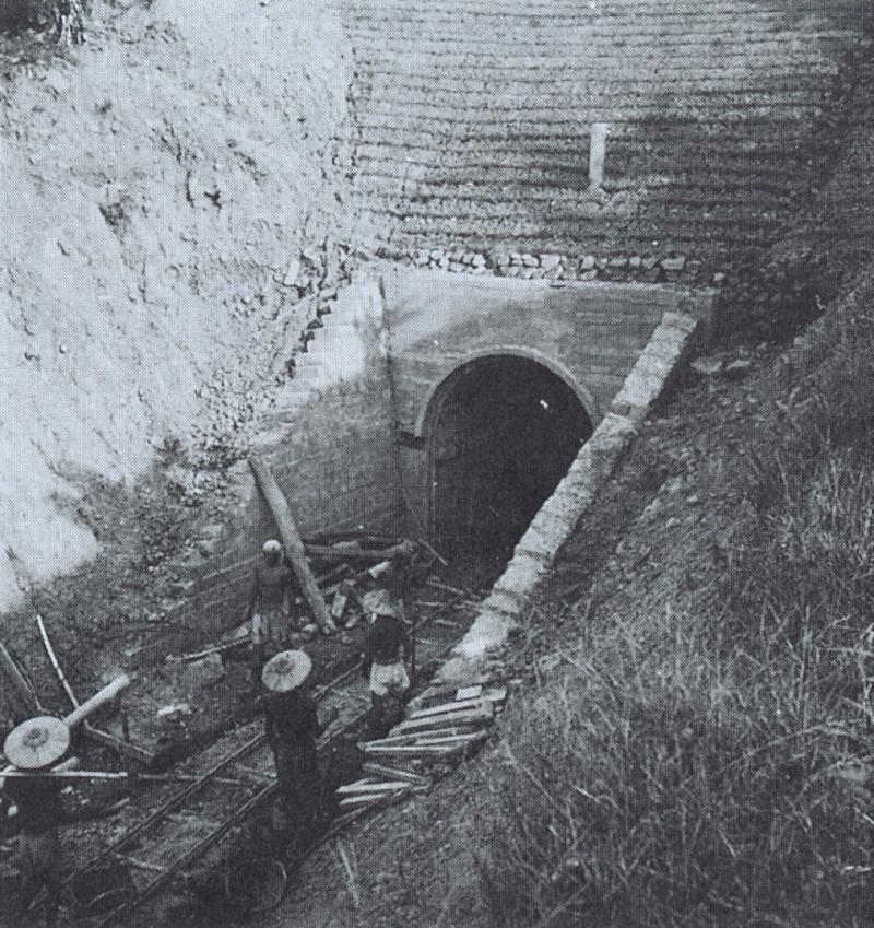 台中北沟山洞中,兴建中的故宫文物库房
