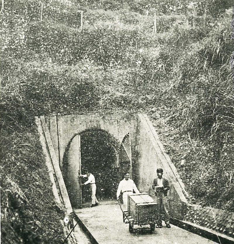 相关工作人员在北沟山洞库房运输故宫文物
